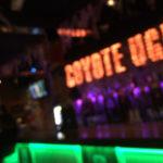 福岡(天神)【COYOTE UGLY SALOON FUKUOKA(コヨーテアグリーサルーン福岡)に行ってきた】セクシーなお姉さんがカウンターで踊るパフォーマンスBARの営業時間や詳細。
